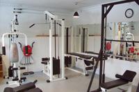 I kælderen har vi et velindrettet lokale til styrketræning